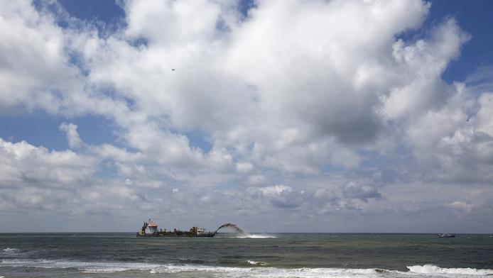Grote zuigers spuiten het zand in het sluitgat van de Tweede Maasvlakte.