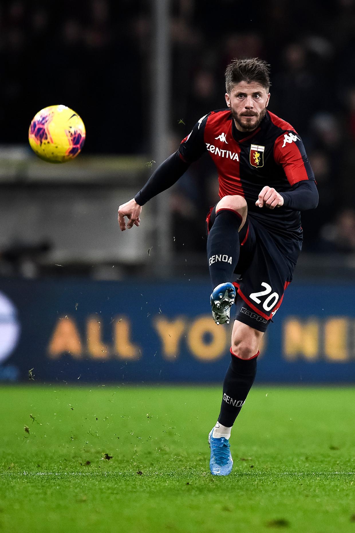 Lasse Schöne probeert het spel van Genoa te sturen. 'In korte tijd zijn er al veel wisselingen geweest.' Beeld LightRocket via Getty Images