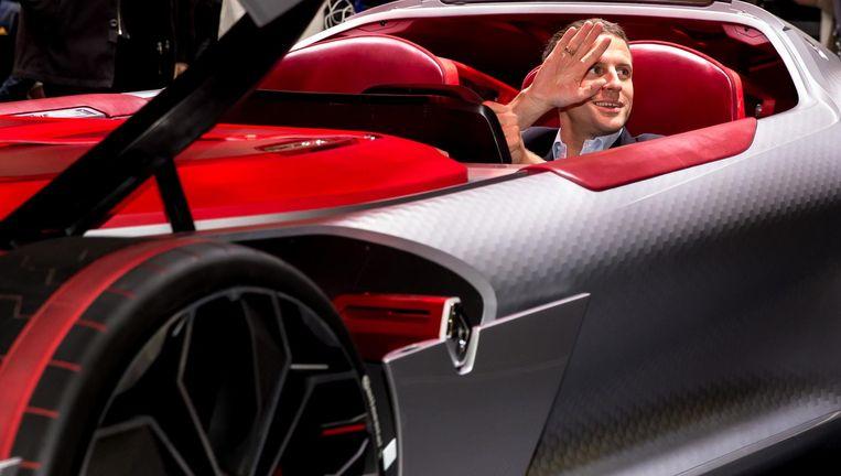 Emmanuel Macron in een model van Renault. Beeld Getty Images