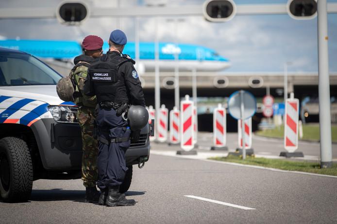 Millitairen en marechausee bij extra controles op luchthaven Schiphol
