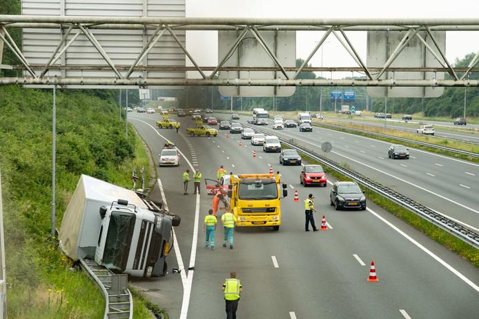 De gekantelde vrachtwagen zorgt voor veel verkeershinder.