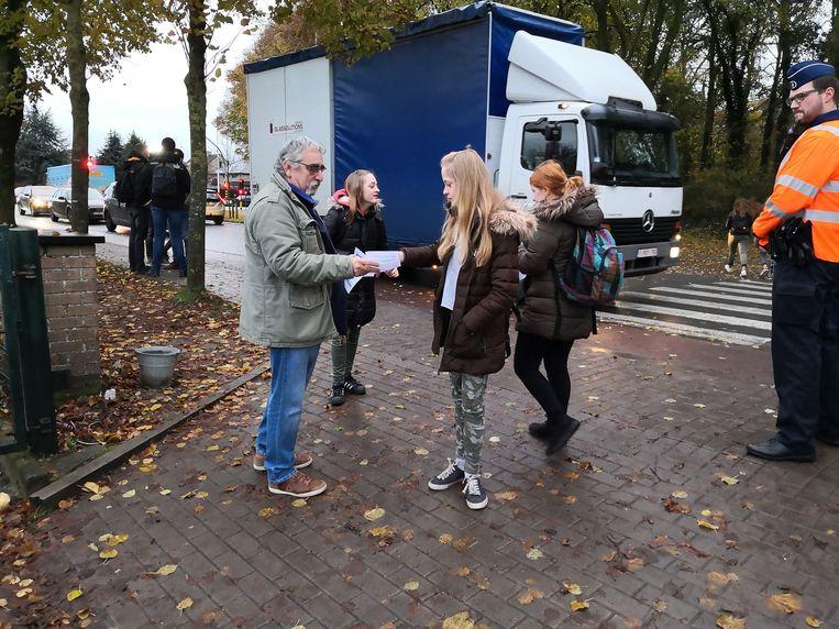 Vlaams Belang deelde folders uit aan de leerlingen.