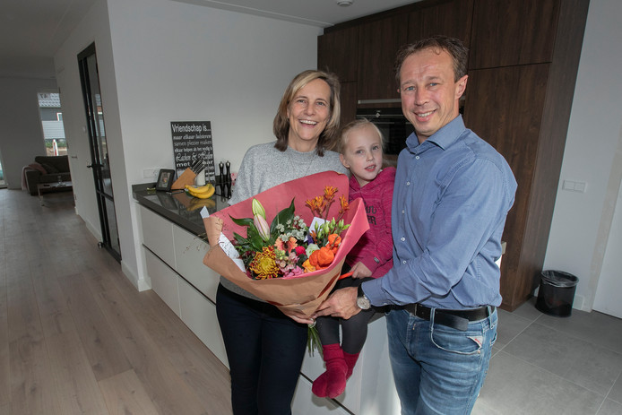 Het gezin Delaey in hun nieuwe huis in Wintelre. De drie zorgden ervoor dat het inwoneraantal van het dorp boven de 2000 uitkwam.