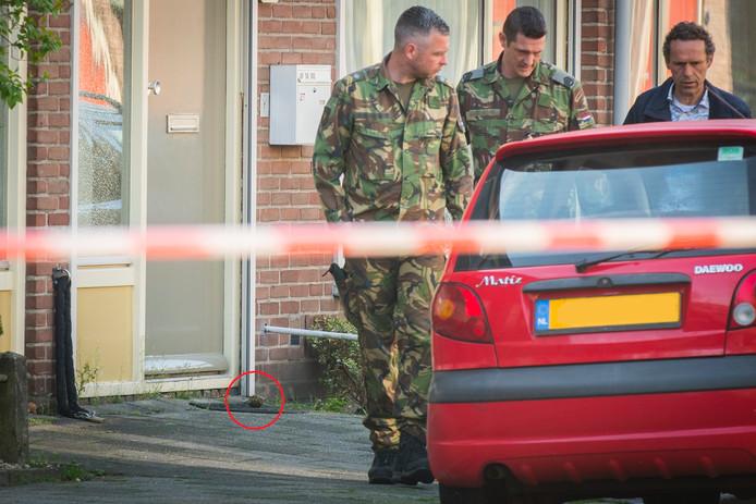 Voor de deur van een woning aan de Margrietstraat in Nieuwegein ligt een handgranaat.