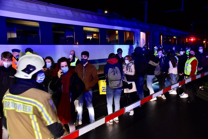 Een dertigtal reizigers kon na een dik uur geëvacueerd worden van de trein die was stilgevallen toen in Heule de bovenleiding knapte. Ze werden weggebracht met een vervangbus.