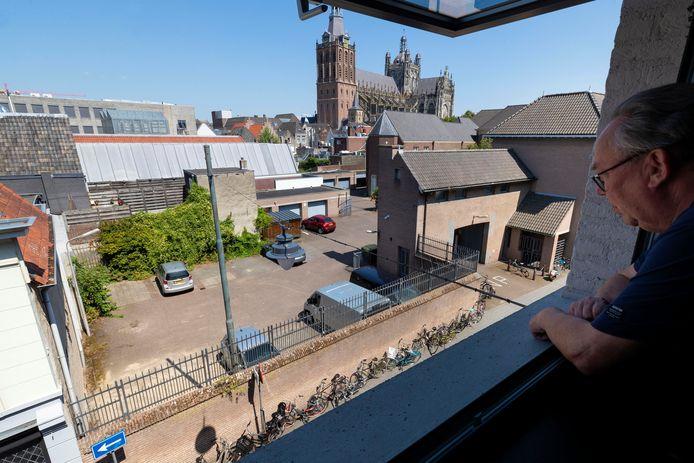 De hoeken links en rechts aan de straatzijde zijn nu kaal en de lelijke parkeerplaats word zichtbaar, Jaap Bernsen voelt zich gedupeerd over het hele gebeuren.
