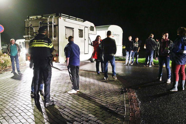 Bewoners blokkeren de weg naar het vakantiepark Oranje waar asielzoekers worden opgevangen. Beeld anp