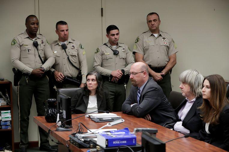 """""""David (tweede van rechts) en Louise Turpin (eerste vrouw van links) pleiten onschuldig op alle beschuldigingen van de Perris-folterzaak"""", liet het openbaar ministerie van Riverside County weten. Het koppel moet op 23 februari opnieuw voor de rechtbank verschijnen."""
