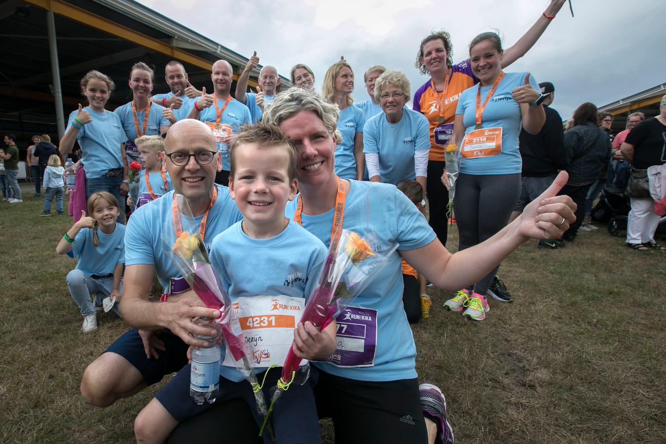 Merijn (midden op de voorgrond met moeder Sylvia) samen met de andere lopers van Team Merijn dat 3300 euro bijeen rende in de Run for Kika.