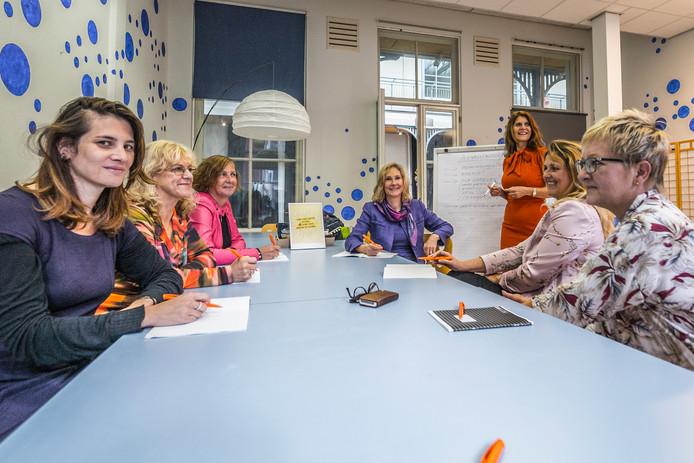 Zeven vrouwen gaan aan de slag in het pand van de stichting Kijk Haar!