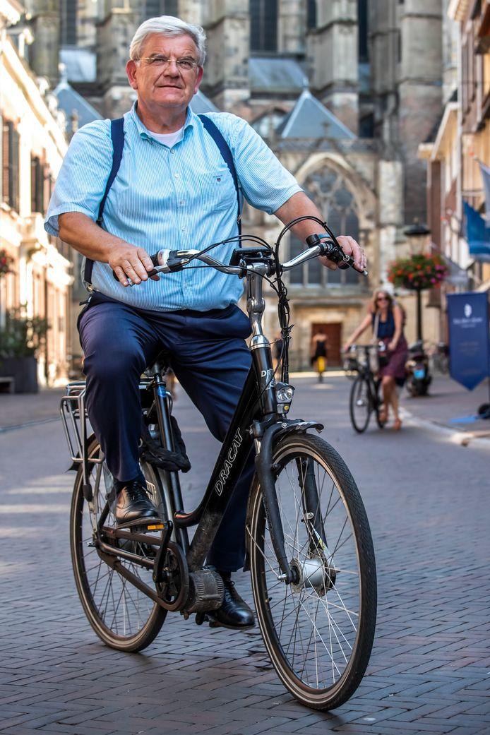 De nieuwe Haagse burgemeester Jan van Zanen neemt op de fiets afscheid van de bewoners van Utrecht.