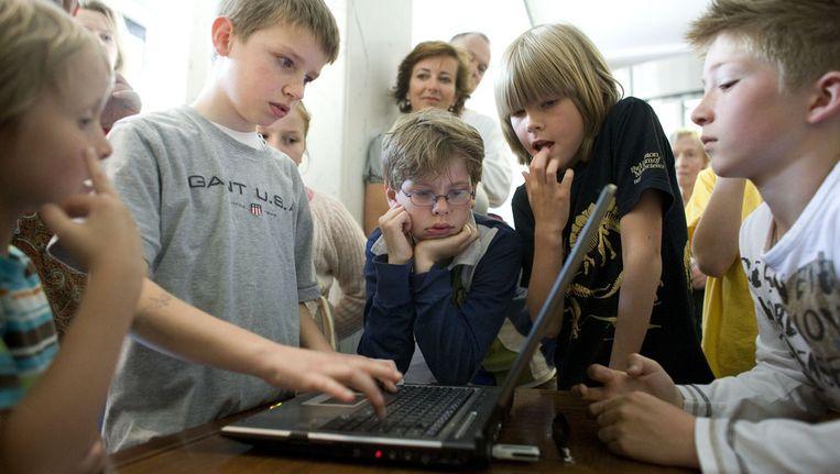 Hoogbegaafde kinderen spelen een zelfgemaakt spel. De kinderen op de foto komen niet voor in het artikel. Beeld ANP