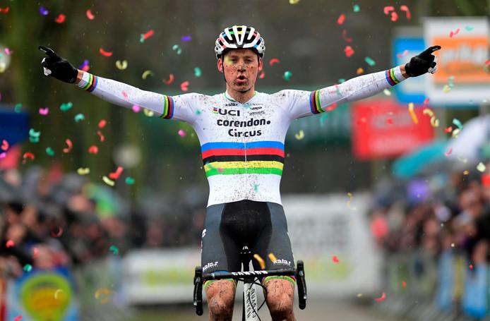 Mathieu Van Der Poel wint in Maldegem in de regenboogtrui.