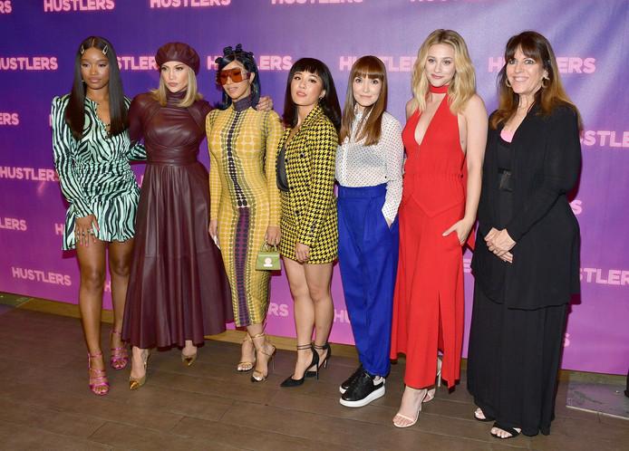 Lorene Scafaria (celle qui porte un pantalon bleu) et la productrice Elaine Goldsmith-Thomas (en noir) avec le casting du film.