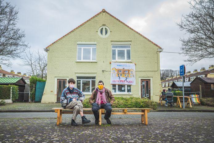 Simon Clement (24, rechts) met Andries (22) en nog twee 'medestrijders' aan de lange tafel voor het huis dat ze als 'planbureau' voor de toekomst van de wijk willen gebruiken.