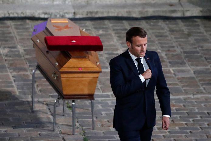 De Franse president Macron loopt weg van de kist van Macron nadat hij hem zijn respect betuigd heeft.