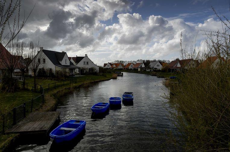 Een grotendeels verlaten vakantiepark Roompot Cadzand. Toeristen in Zeeland moeten uiterlijk maandag hun vakantieverblijf hebben verlaten.  Beeld ANP