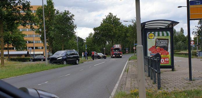 Twee auto's botsten zondagmiddag tegen elkaar in Hengelo.