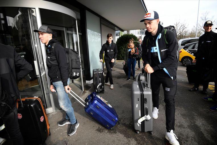 Van Aert en Sweeck bij aankomst in Zwitserland.