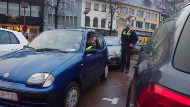 Hilarisch! Raakt kleine auto nog uit krappe parkeerplek?