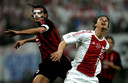 Paolo Maldini (l) in duel met Zlatan Ibrahimovic in de kwartfinale van de Champions League in 2003.