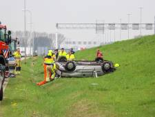 Auto op de kop in berm A2, inzittende zwaargewond