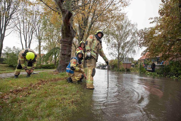 Brandweer bij een afvoerput aan de Zomerweg ivm wateroverlast.
