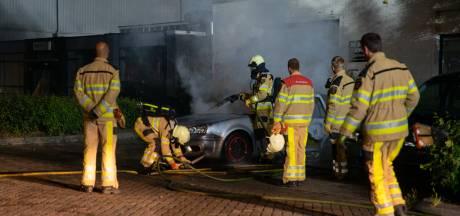 Auto op Deventer bedrijventerrein gaat in vlammen op