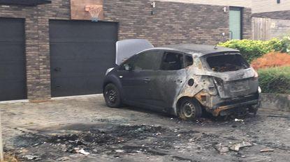 Drie auto's uitgebrand op oprit