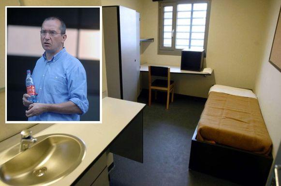 Een cel in de gevangenis van Hasselt. Inzet: gevangenisdirecteur Paul Dauwe.