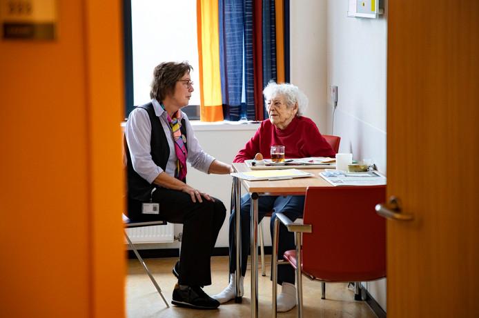 'Anna Buddy' Agnes Havekes in gesprek met een 95-jarige patiënte.