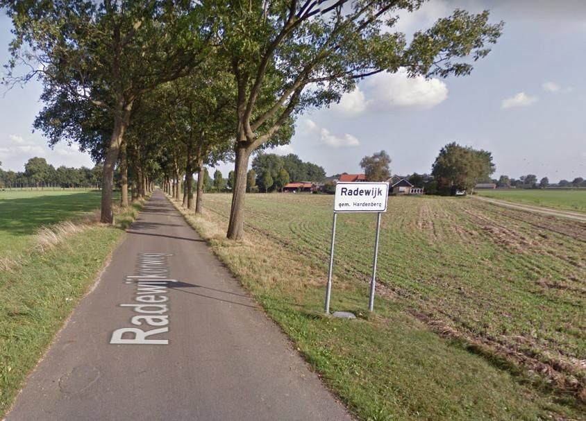 Met ongeveer 650 inwoners en haar voorzieningen zou je Radewijk een dorp kunnen noemen, maar toch heeft het niet die officiële status. Komt de buurtschap met 'De vlag van Rode' dichter bij een blauw plaatsnaambord?