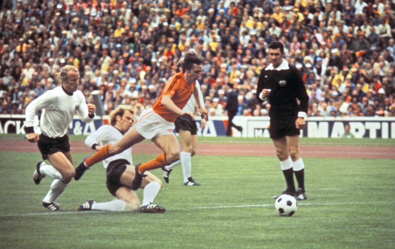 Johan Cruijff wordt onderuit gehaald door Uli Hoeness en verdient al in de eerste minuut een strafschop.