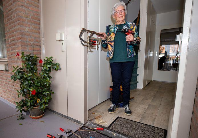 Jeanne van Heesbeen bij de ingebeukte voordeur.
