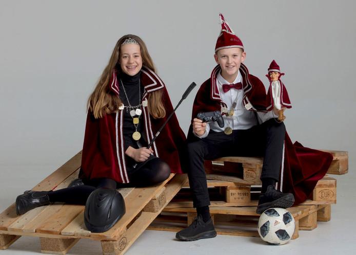 Jeugdprins Jente Wehkamp en Jeugdprinses Indy Meulenkamp lopen bij de jeugd voorop in de polonaise.