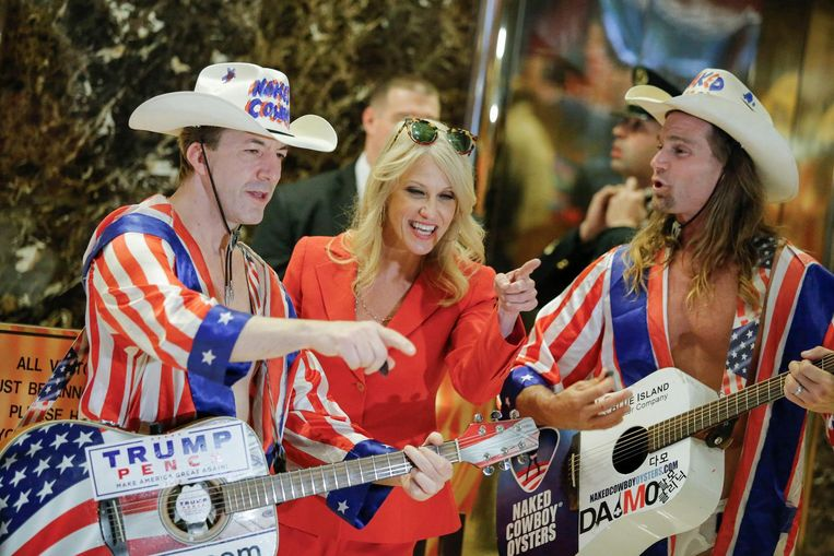 Kellyanne Conway, Trumps campagnemanager, in de lobby van Trump Tower met straatartiesten van Times Square. Van haar en andere adviseurs zal het afhangen hoe Trump zal opereren in het Witte Huis. Beeld AFP