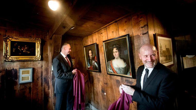 Jan Hovers (r), directeur van het Zaans Museum Beeld anp