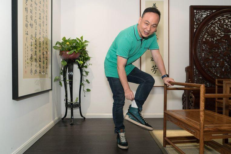 Xu Jianguo met zijn 'eigen' sokken. Beeld Ruben Lundgren