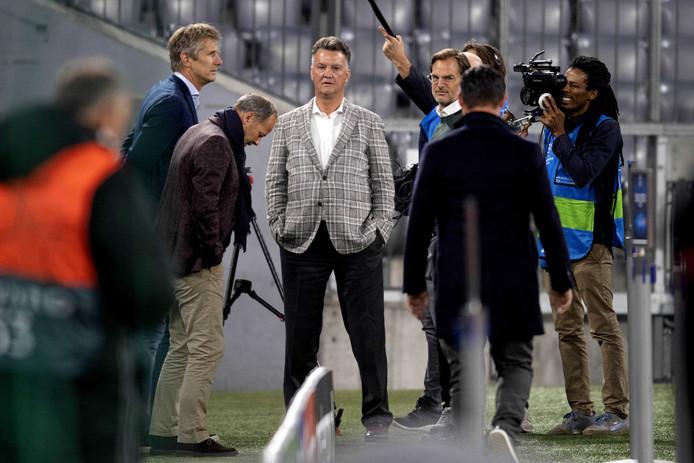 Louis van Gaal (midden) woont de training van Ajax voor de CL-wedstrijd tegen Bayern München bij. Om hem heen (vlnr): Edwin van der Sar, Danny Blind en Ronald de Boer.