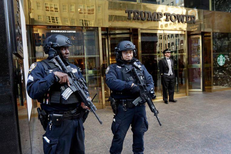 Agenten bij de Trump Tower in New York. Beeld ap