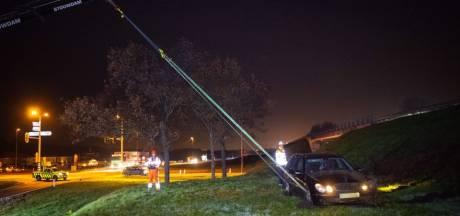 Mercedes schiet door op afrit A28 en vliegt door de lucht in Wezep