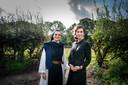 'Na aanvankelijke schrik vonden we een natuurbegraafplaats goed bij ons passen', zegt zuster Lieve. Rechts: Amber van Amsterdam.