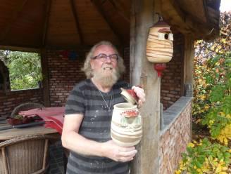 """Pottenbakker Paul (68) draait vogelhuisjes om lockdown te overbruggen: """"Geen steun voor ambachtslui, dus zoek ik andere manieren om een inkomen te hebben"""""""