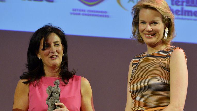 Ann Vancoillie en prinses Mathilde tijdens de prijsuitreiking.',