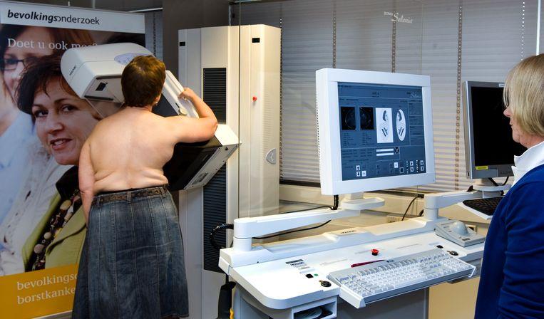Een vrouw laat een mammografie van haar borsten maken in de onderzoeksunit van de Stichting Bevolkingsonderzoek Borstkanker in Rotterdam.  Beeld Koen Suyk