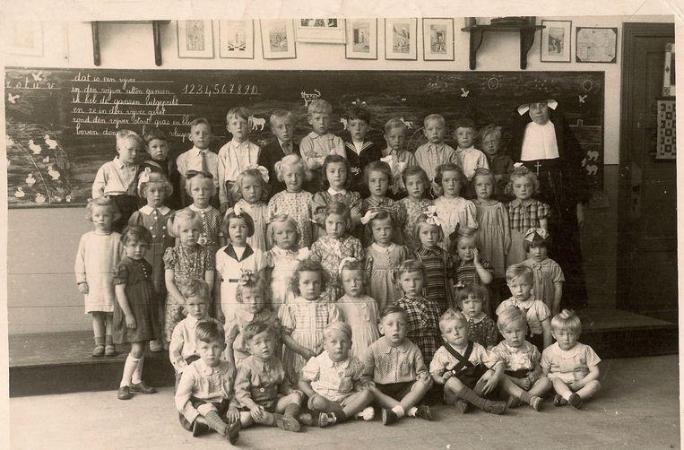 Oude klasfoto van het wijkschooltje op den Anker.