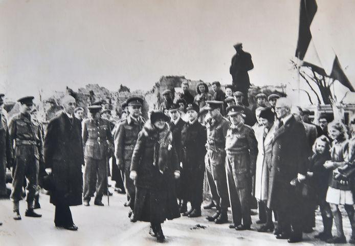 De iconische foto van koningin Wilhelmina die de grens met Nederland oversteekt.