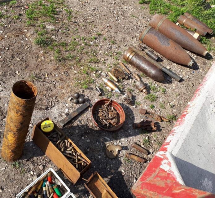 De politie vond een arsenaal aan wapens en munitie.