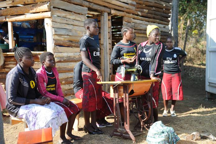 Tienermeisjes die meedoen aan het naaiproject van de stichting Matamba.