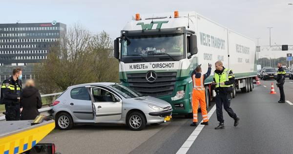 Botsing tussen truck en auto: file op A28 bij Zwolle.
